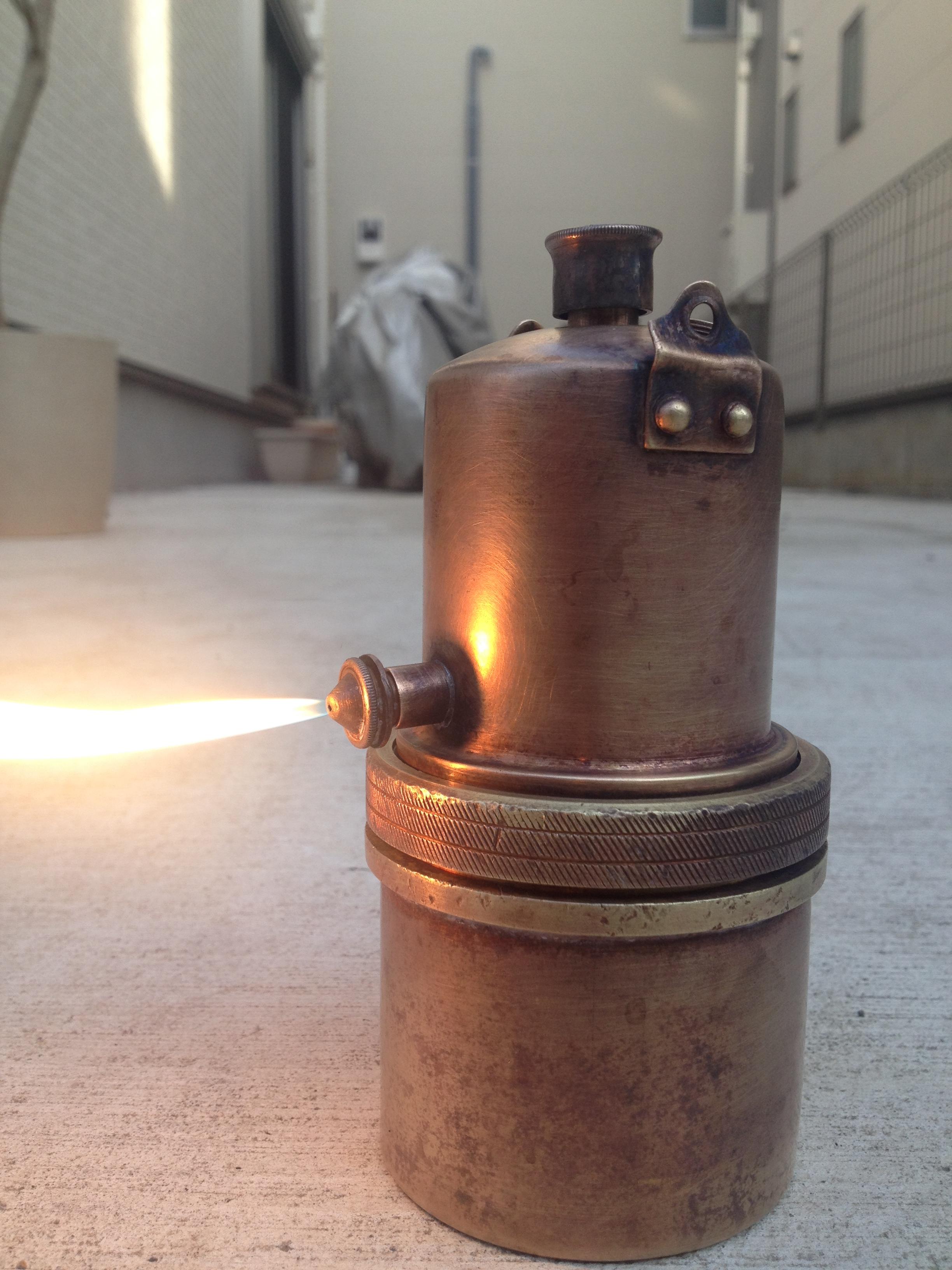 カーバイトランプに火を灯す