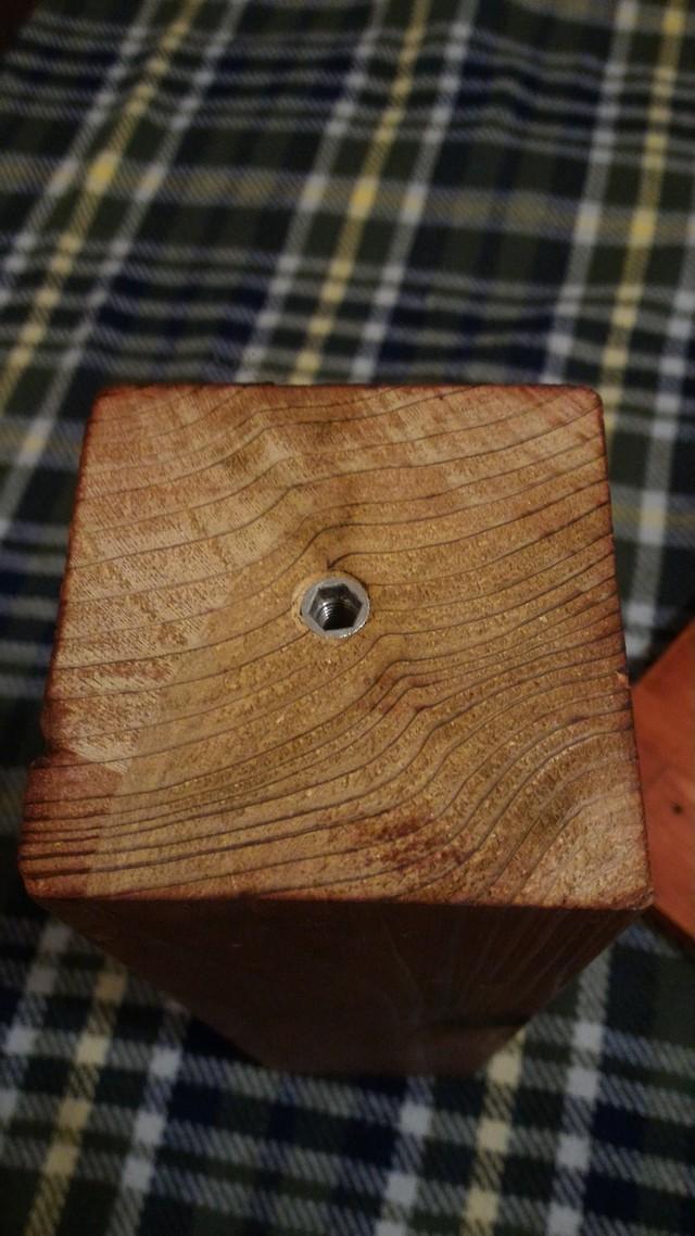 自作ローテーブルの足を固定する鬼目ナット