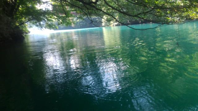 四万湖の湖面の日陰