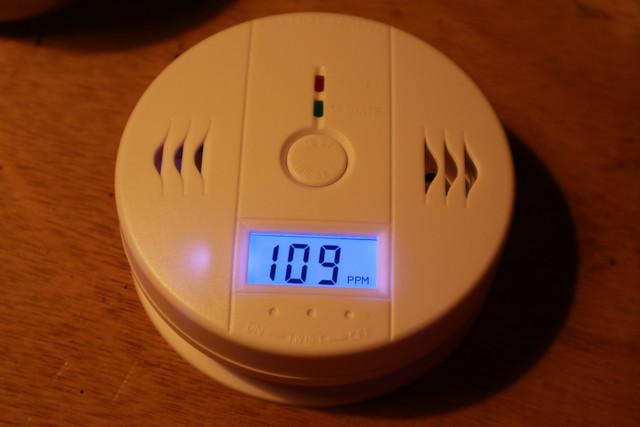 キャンプ想定の一酸化炭素警報機が稼働中