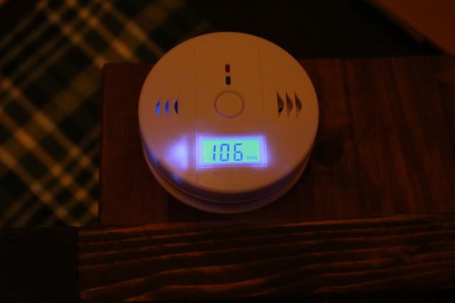 キャンプ想定の一酸化炭素警報機の稼働実験中