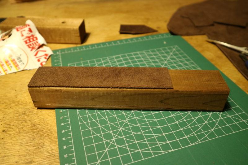 革砥の作成の革を貼り付け