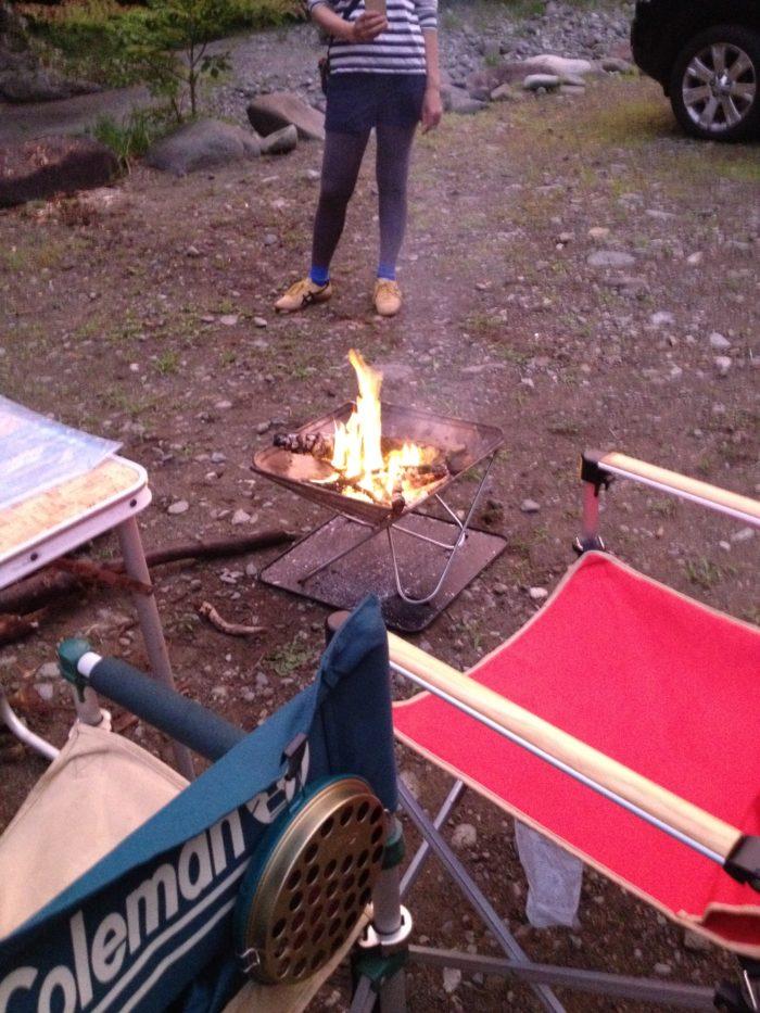 藤野キャンプ場サイレントリバーでキャンプの焚き火