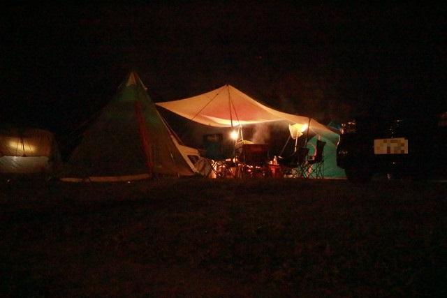 オートキャンプ那珂川ステーションの夜のキャンプサイト