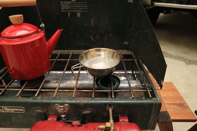 自宅にてデイキャンプのColemanのツーバーナー413Hでお湯を沸かす