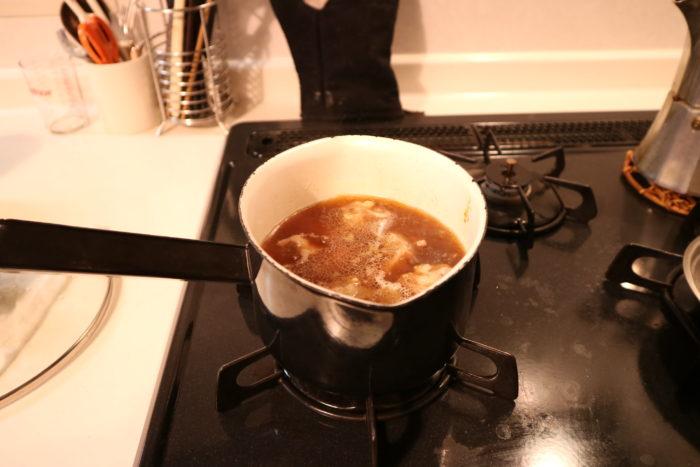 豚バラ軟骨(パイカ)の角煮を作る為に調味料で肉を煮る