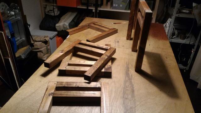 囲炉裏テーブルの足をWATOCOオイルのダークウォルナットで塗る