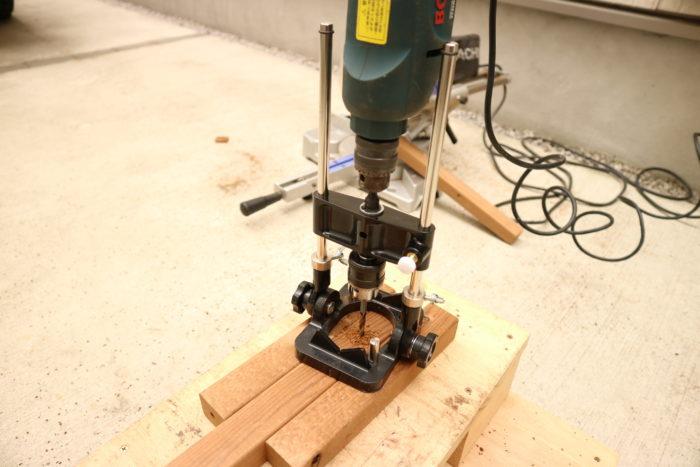 囲炉裏テーブルのローテーブルキットを作る、ドリルで穴をあける