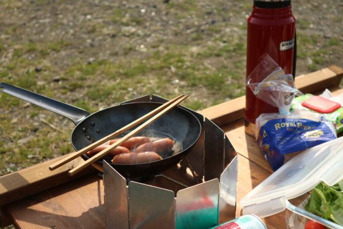田代運動公園でデイキャンプでウィンナーを焼く