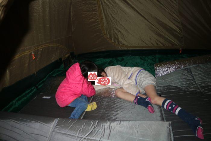 テント内で遊ぶ子供