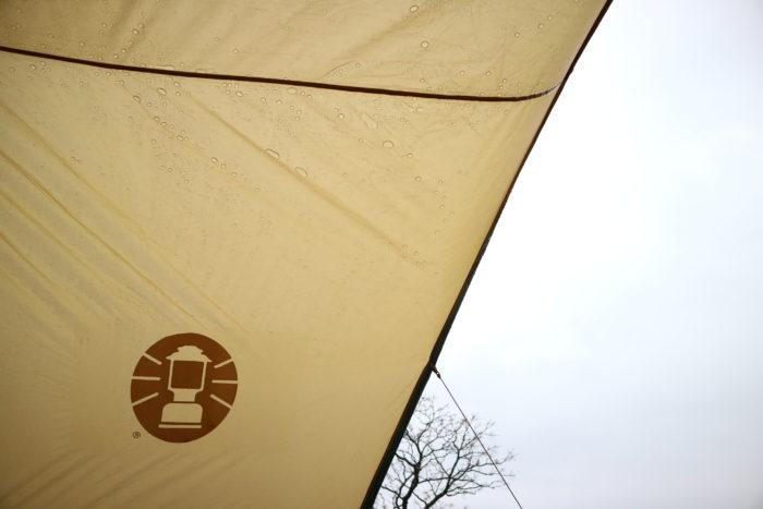 雨の中のコールマンジョイントフラップフォーリッジドーム