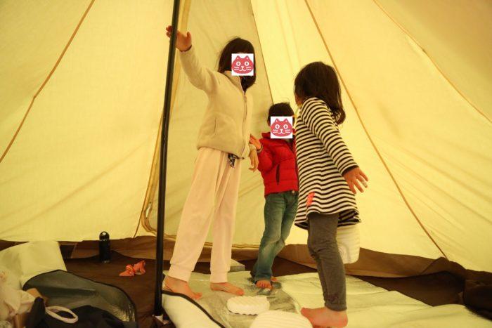 ノースイーグルのコットンワンポール300で遊ぶ子供