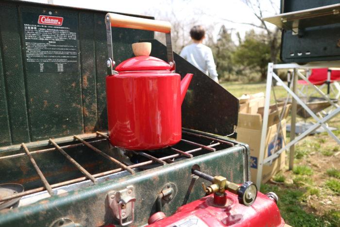 colemanのツーバーナー413Hでホーローのやかんを使ってお湯を沸かす