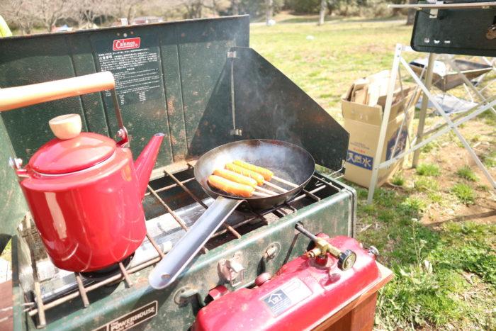 colemanのツーバーナー413Hでウインナーを焼く