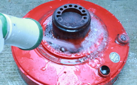 サンエム養蚕ストーブの燃料タンクを掃除、水洗い