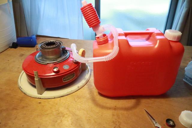 サンエム養蚕ストーブの燃料タンクに灯油を入れる