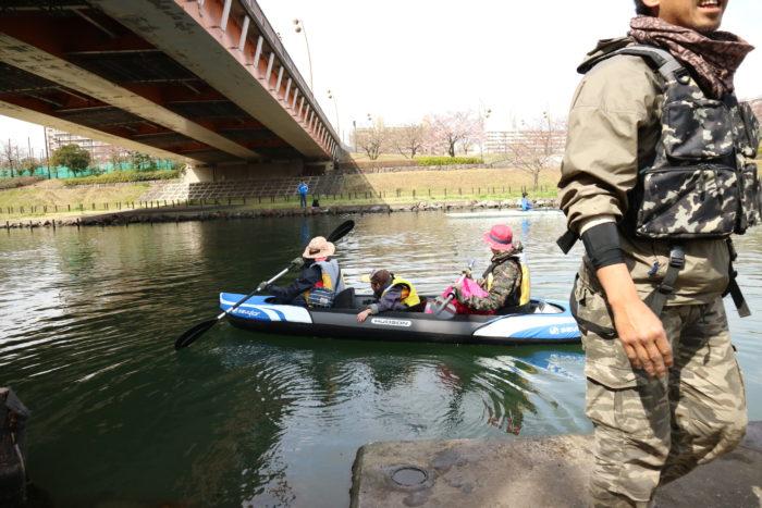 東京運河のスカイツリー航路でカヤックをする為に乗艇する。
