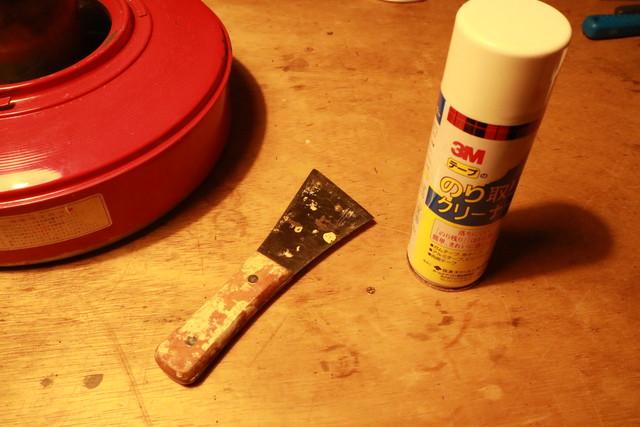 サンエムストーブのレストアで再塗装用にステッカーを剥がす