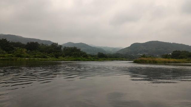 上大島キャンプ場下流の相模川の溜まりでカヤックをする