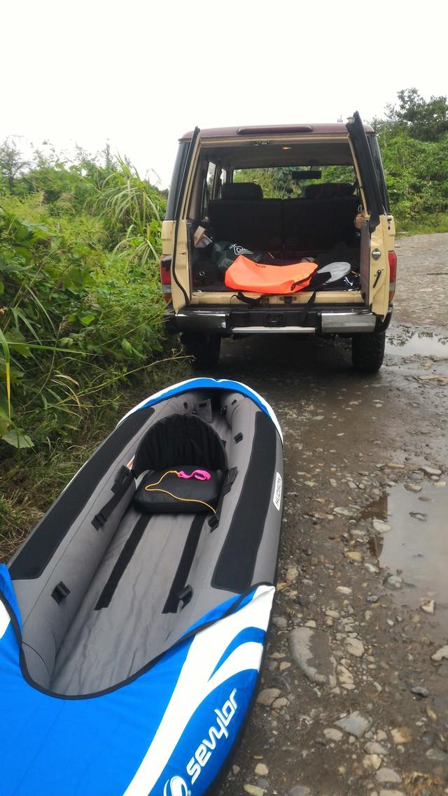 猿ヶ島辺りの相模川でカヤックの準備