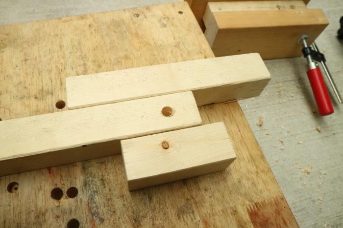 アイアンウッドテーブル用の足を事前に作ったガイドに合わせて作る