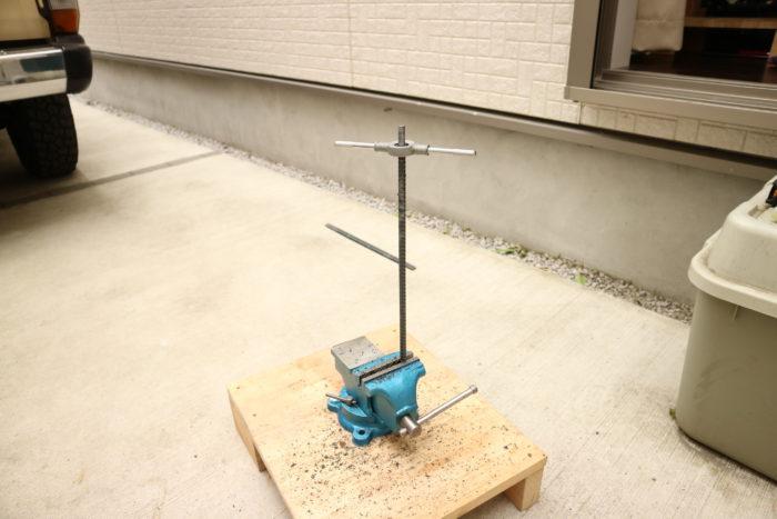 アイアンウッドテーブル用の異形鉄骨にネジを切る
