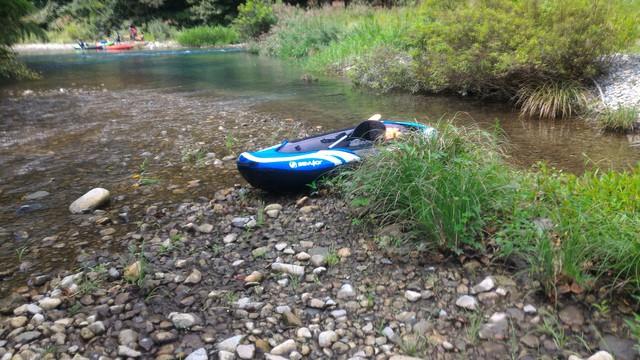 群馬県の四万湖でカヤックで昼食の為に上陸