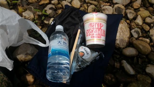 群馬県の四万湖でカヤックで昼食のカップラーメン用のお湯を沸かす