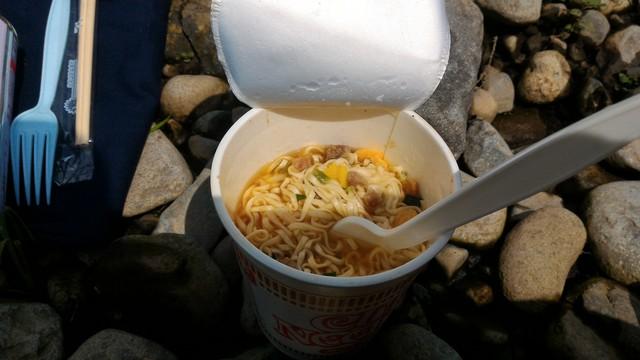 群馬県の四万湖でカヤックで昼食のカップラーメン