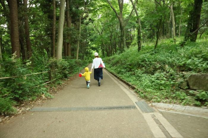 谷戸山公園に湿生生態園でザリガニ取りをする為に移動中
