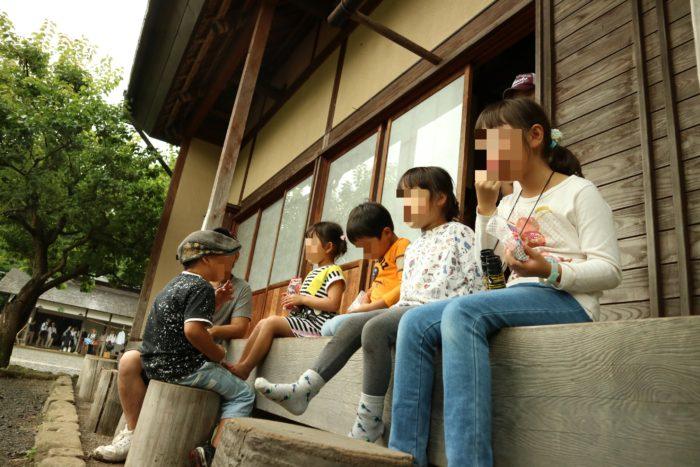 谷戸山公園の里山体験館の縁側でザリガニ取りの休憩