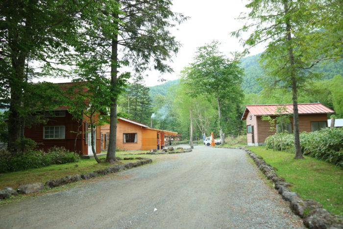 菅沼キャンプ村の受付に向かいます。