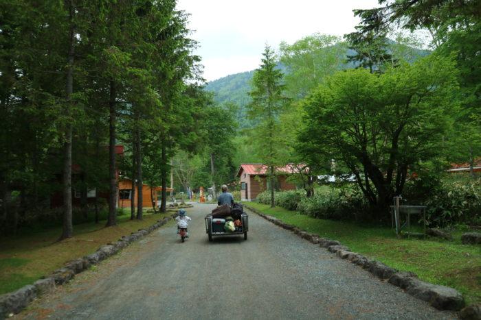 菅沼キャンプ村でテント泊する為の荷物をリヤカーで搬入する