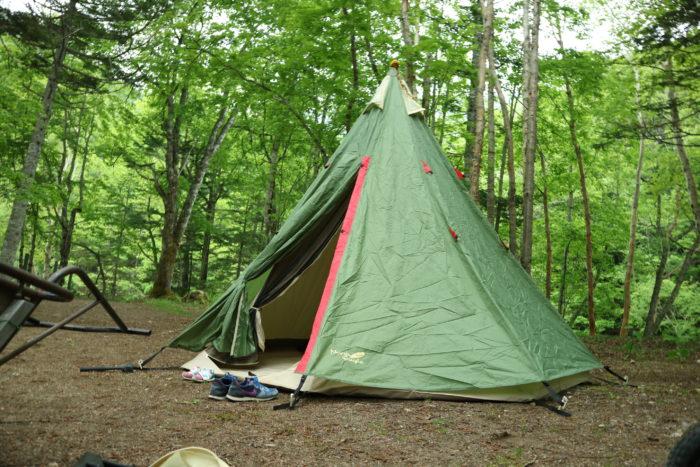 菅沼キャンプ村でノースイーグルのコットンワンポールテントを設営