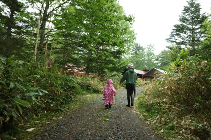 霧雨の菅沼キャンプ村を散策する