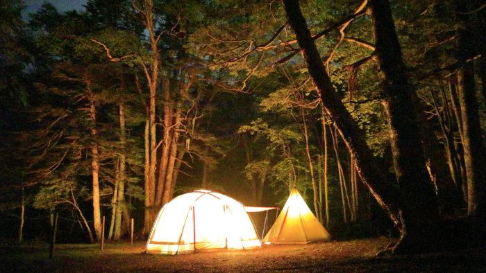 菅沼キャンプ村の夜のキャンプサイト、テント・タープ編