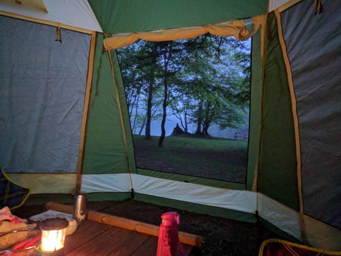 菅沼キャンプ村の朝のタープ内