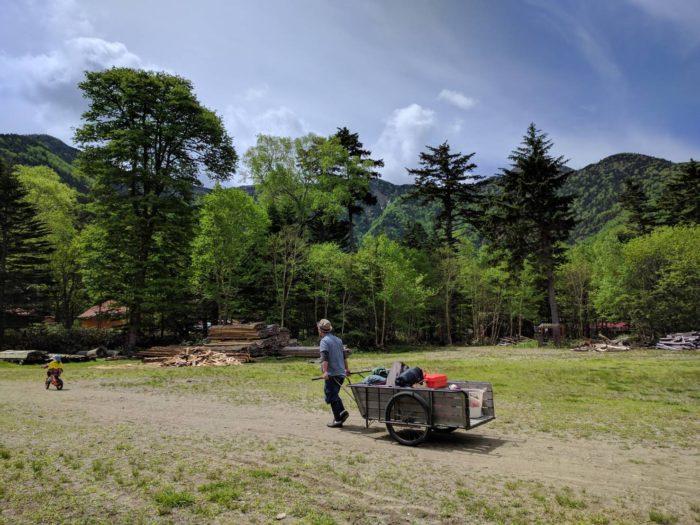 菅沼キャンプ村でテントを片付ける為にリヤカーで運ぶ