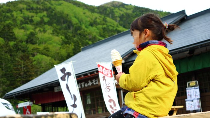 菅沼キャンプ村の向かいのお土産屋さんでアイスクリーム