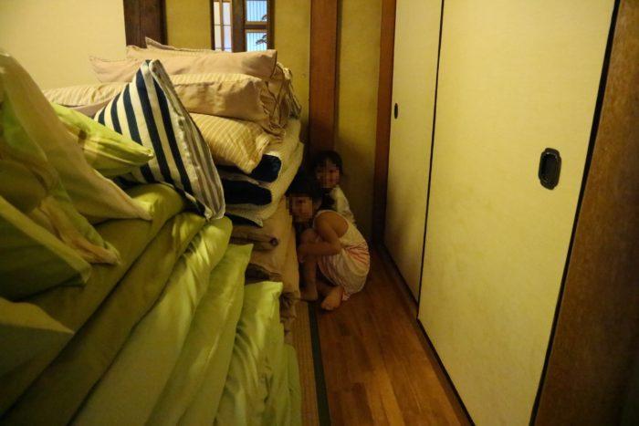 守谷海水浴場のお茶の間ゲストハウスで布団でかくれんぼ