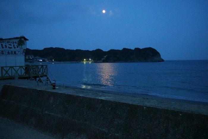 海開き前の守谷海水浴場の月夜