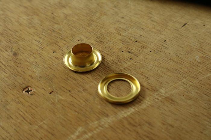 カーボンフェルトに使用した真鍮のハト目