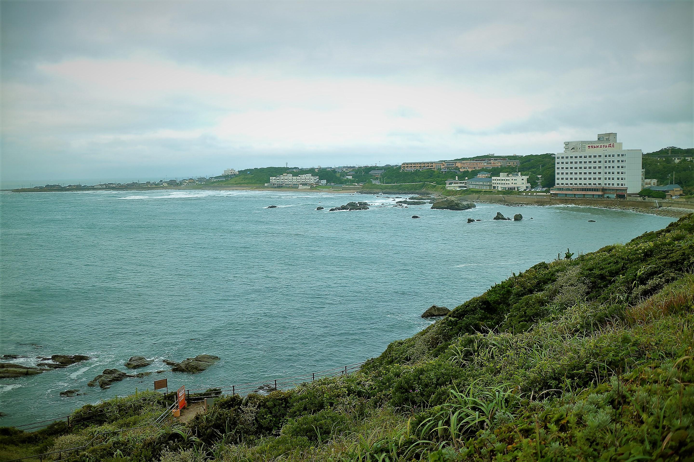 朝日が出た後の犬吠埼灯台の広場から見た海