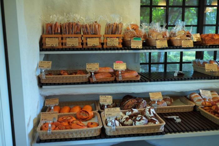 浩庵キャンプ場に行く前に湖畔のパン工房レイクベイクで食材調達
