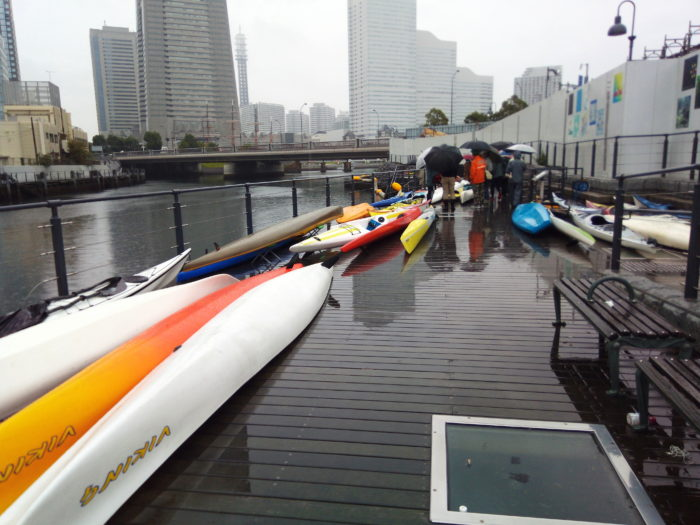 2017第36回横浜縦断カヌーフェスティバルのカヌーを準備している。