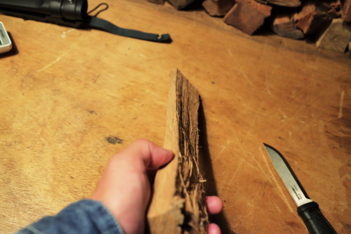 モーラナイフ(Morakniv)のガーバーグ(Garberg)マルチマウント(Multi-Mount)でフェザースティックを作る