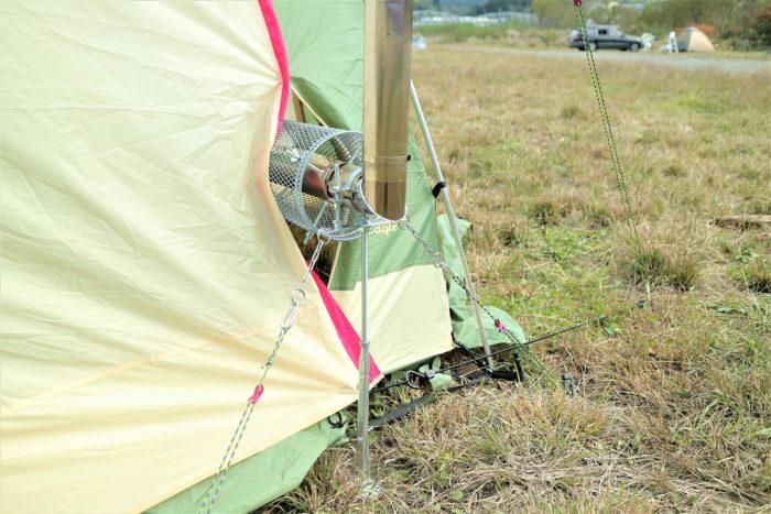 ノースイーグルのオクタゴンに薪ストーブをインして幕をゴムのロープで固定