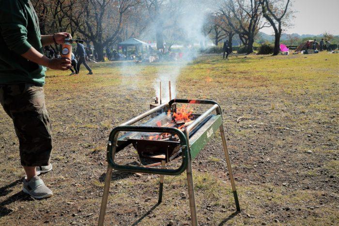 上大島キャンプ場でデイキャンプでBBQの火付け準備