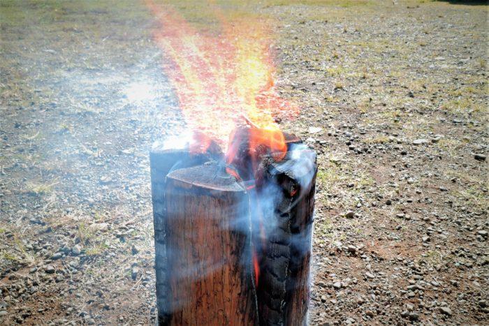 上大島キャンプ場でスエディッシュトーチに火を付ける