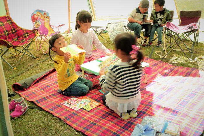 上大島キャンプ場で子供たちはタープの中で遊ぶ